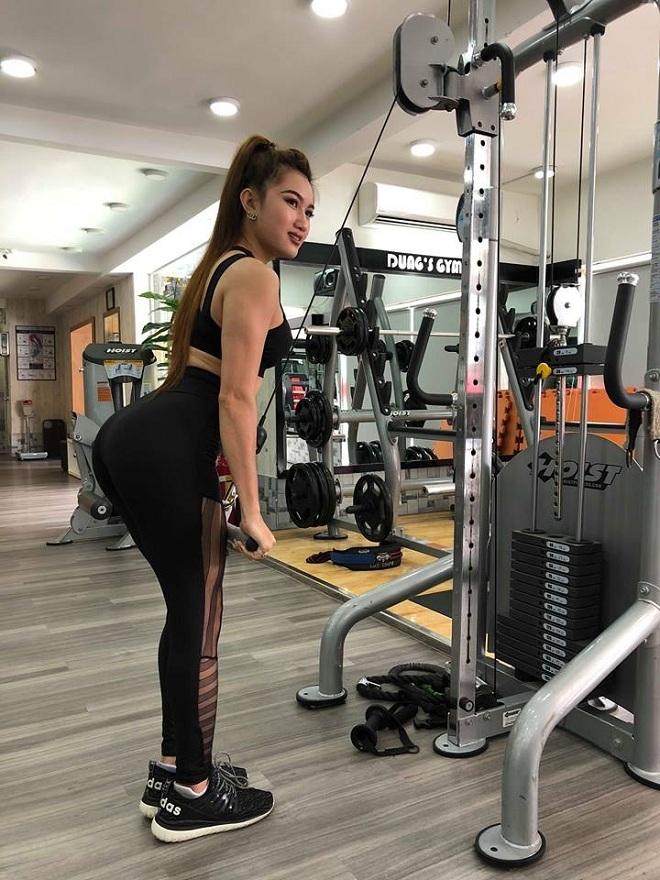 <p> Vốn thân hình thiếu cân đối với số đo ba vòng gần bằng nhau, Cẩm Tiên quyết định tìm đến gym để thay đổi vóc dáng.Gym đã giúp cơ thể Tiên thay đổi rất nhiều. Từ một cô gái béo tròn đầy đặn, nay Tiên đã trở nên thon gọn và săn chắc. Cô gái chia lịch tập cho từng nhóm cơ, tập 5 buổi một tuần và tập một đến một giờ rưỡi mỗi buổi. Cô thường tập kết hợp: lưng - tay trước; vai - bụng; chân - mông -đùi; ngực - tay sau; cardio.</p>