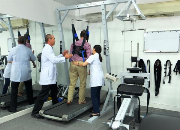 Bác sĩ Wade Brackenbury trị liệu Pneumex Pneuback cho bệnh nhân thoát vị đĩa đệm tại phòng khám ACC.