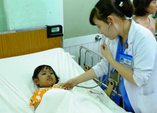 Bệnh nhi cấp cứu tại Bệnh viện Nguyễn Tri Phương. Ảnh: L.P