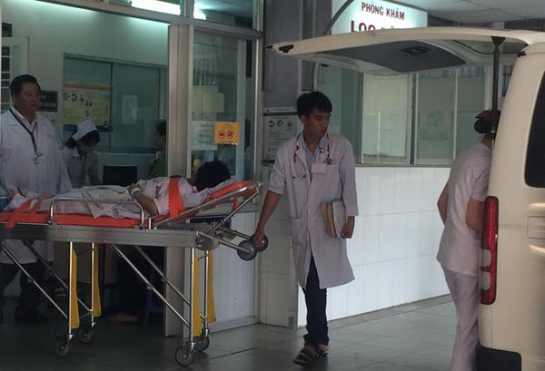 8 xe cấp cứu chạy như con thoi đưa nạn nhân cháy chung cư vào viện