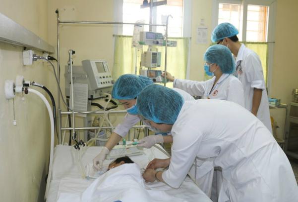 Bé trai nguy kịch sau khi chữa bỏng bằng thuốc nam. Ảnh: Bệnh viện cung cấp.