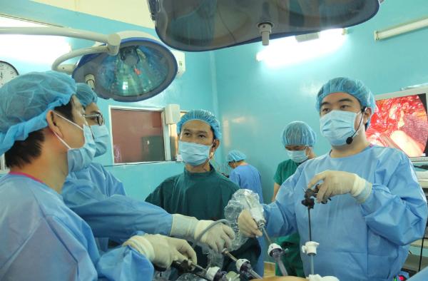 Bác sĩ dùng chất nhuộm màu 'vẽ bản đồ' khối u ung thư để mổ cắt