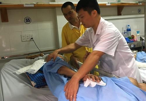 Bác sĩ hướng dẫn người nhà cách chăm sóc bệnh nhân. Ảnh: Bệnh viện cung cấp.