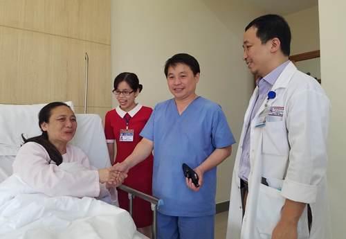 Nữ du khách Trung Quốc cảm ơn các bác sĩ. Ảnh: Võ Thạnh.