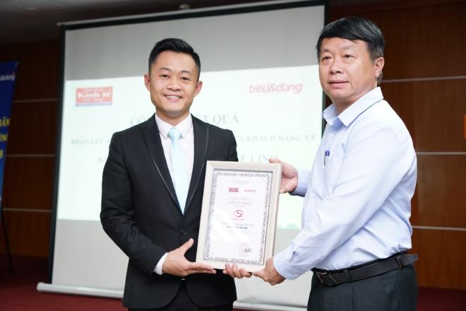 Đại diện nhãn hàng Giải độc gan Tuệ Linh nhận kết quả khảo sát từ Tạp chí Tiêu & Dùng.