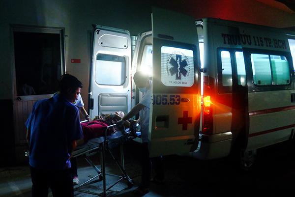 Các y bác sĩ có mặt ngoài hiện trường hỗ trợ bệnh nhân bất kể đêm ngày. Ảnh: Lê Phương.