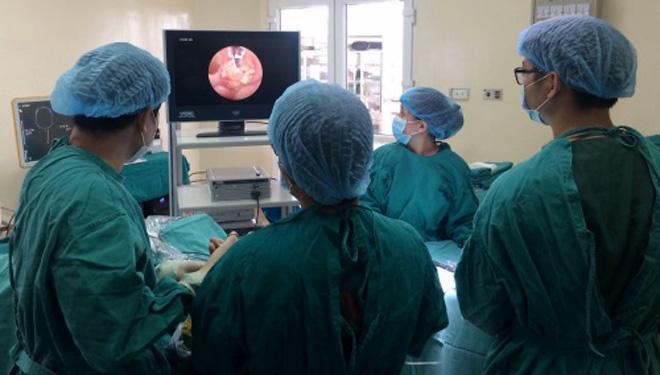 Các bác sĩ phẫu thuật cắtkhối u não qua đường mũi cho bệnh nhân. Ảnh: Bệnh viện cung cấp.