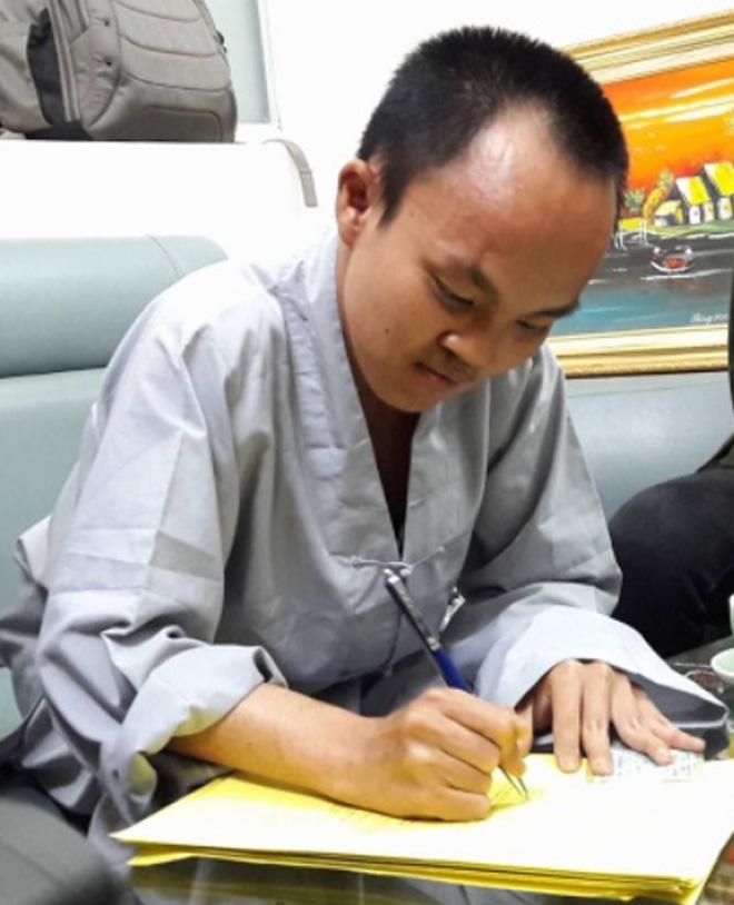 Thiện Quy điền đơn đăng ký hiến tạng. Ảnh: L.N.