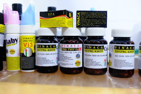 Đoàn kiểm tra phát hiện nhiều loại sản phẩm Vinaca bên trong trụ sở công ty. Ảnh: Lê Phương.