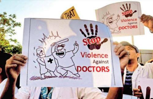 Y bác sĩ Ấn Độ biểu tình đòi chấm dứt tình trạng bạo hànhnhân viên y tế. Ảnh: Thinkmedico.