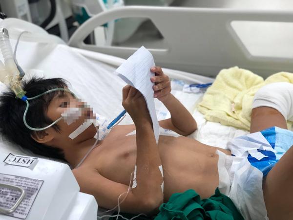 Bé trai hiện đang hồi phục sức khỏe, viết thư nhờ điều dưỡng mở cho xem hoạt hình Doraemon. Ảnh bệnh viện cung cấp.