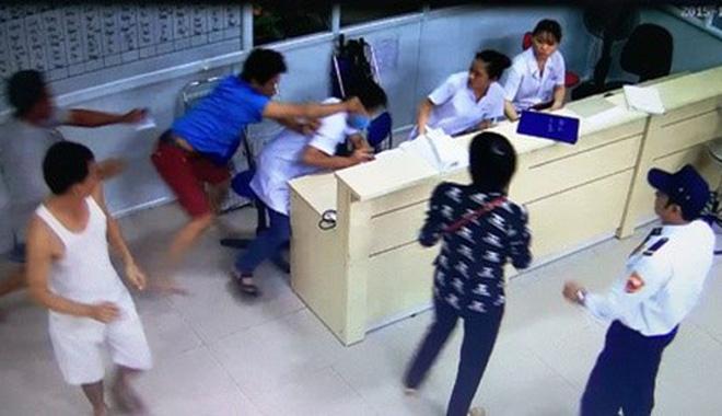 Một trường hợp bệnh nhân cùng người nhà hành hung nhân viên y tế phòng cấp cứu, được camera bệnh viện ghi lại hình ảnh.