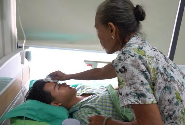 Bà nội đồng hành cùng cháu trai để phẫu thuật thẩm mỹ gương mặt