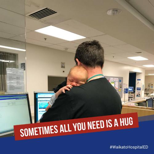 Bác sĩ vừa ôm em bé ngủ vừa làm việc