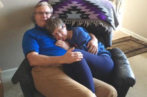 Câu chuyện đằng sau bức ảnh người đàn ông ôm vợ ngủ