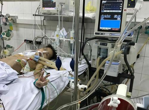 Các bác sĩ đang duy trì sự sống cho Đức bằng hệ thống ECMO chờ một phép màu. Ảnh: N.V.