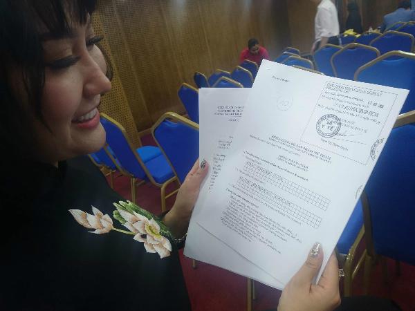Công ty diễn viên Phi Thanh Vân hoàn thiện các thủ tục giấy tờ. Ảnh: H.L