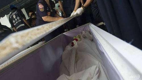 Các tình nguyện viên đóng quan tài đựng phần còn sót lại của thi thể hiến tặng. Bên trong quan tài có đặt hoa nhài cùng hoa sen. Ảnh: AFP.