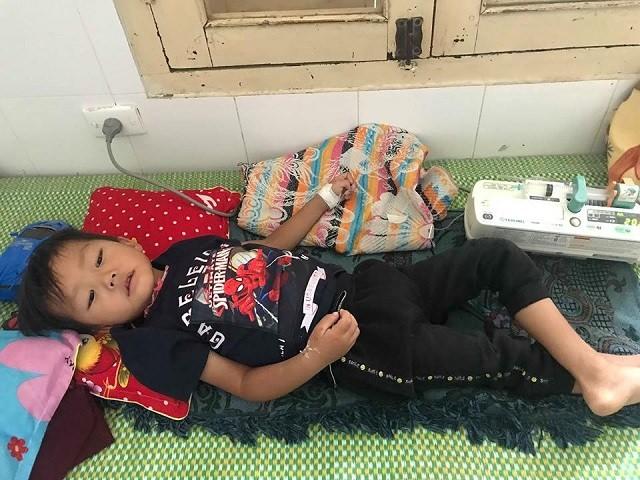 Bé trai đang được điều trị tại Bệnh viện Sản Nhi Nghệ An. Ảnh:T.H