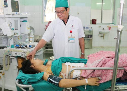 Các bác sĩ phải khâu cầm máu lỗ thủng động mạch chủ bụng, nhiều lỗ thủng ở ruột non... Ảnh: Bệnh viện cung cấp.