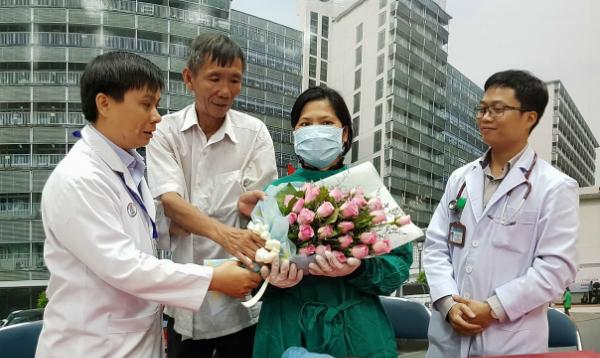 Bệnh viện tặng hoa chúc mừng bệnh nhân ngày xuất viện. Ảnh: Lê Phương.