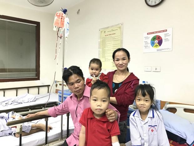 Vợ chồng chị Quý ở Bắc Giang đều mang gene bệnh nên hai con sinh ra đều không thoát khỏi số phận phải lấy bệnh viện làm nhà, phải truyền máu và thải sắt suốt đời. Ảnh: Quỳnh Anh.