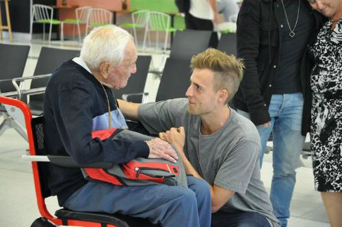 Gia đình chào từ biệt tiến sĩ Goodall trước lúc ông bay sang Thụy Sĩ. Ảnh: 9News.