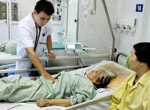 Thiếu nhân lực chăm sóc người cao tuổi. Ảnh: Dương Ngọc.