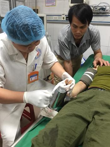 Bác sĩ bệnh viện 115 cấp cứu cho bệnh nhân,