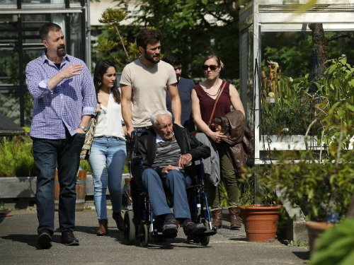 Tiến sĩ Goodall đi dạo cùng gia đình. Ảnh: Sean Gallup.