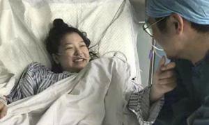 Cô gái hôn mê 4 tháng tỉnh dậy nhờ nam y tá hát cho nghe mỗi ngày