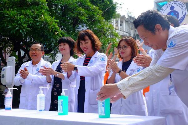 Các bác sĩ Bệnh viện Nhi đồng 1 (TP HCM) hưởng ứng chiến dịch rửa tay. Ảnh: L.P