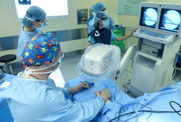 Bác sĩ Stephane Guero phẫu thuật bàn tay cho bệnh nhi trong chuyến trở lại Việt Nam từ 9 đến 11/5. Ảnh: L.P