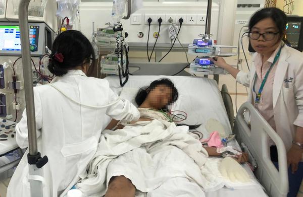 Bé gái ngộ độc nặng hơn, sau khi xuất viện sẽ được theo dõi xơ phổi. Ảnh: P.V