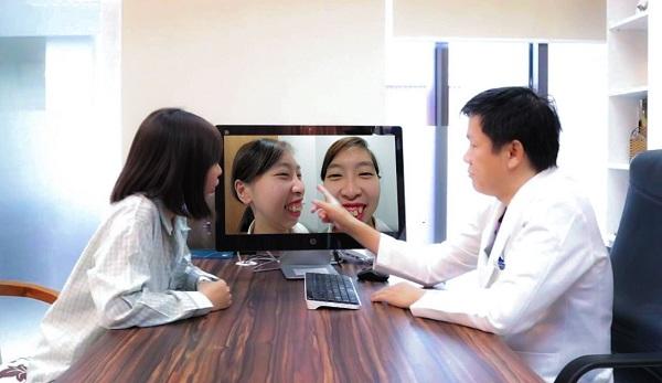 Tiến sĩ, bác sĩ Nguyễn Phan Tú Dung trực tiếp tư vấn và thăm khám cho Quỳnh Hoa.