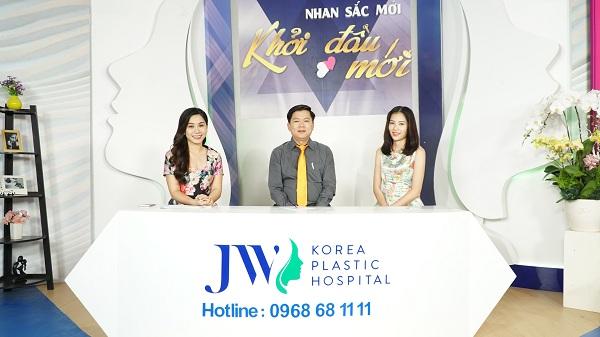 MC Anh Thơ; Tiến sĩ, bác sĩ Nguyễn Phan Tú Dung cùng Quán quân người mẫu thời trang Nam Anh tại chương trình Nhan sắc mới - Khởi đầu mới.