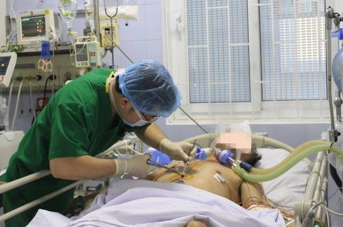 Các bác sĩ quyết giành sự sống cho bệnh nhân dù tình trạng bệnh nguy kịch. Ảnh: Bệnh viện cung cấp.