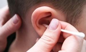 Thói quen dùng tăm bông lấy ráy tai gây hại ra sao?