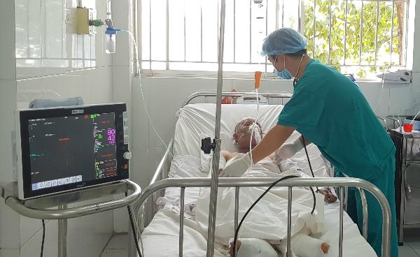 Chị Vân được chăm sóc tại phòng săn sóc đặc biệt Bệnh viện Chợ Rẫy. Ảnh: Lê Phương.