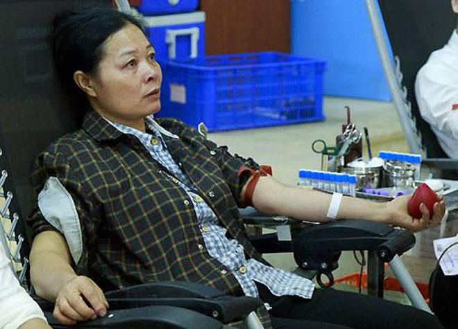 Chị Lương hiến máu lần thứ 8. Ảnh: Công Thắng.