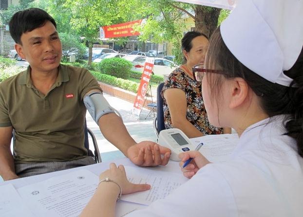 Người dân được đo huyết áp miễn phí nhằm phát hiện những trường hợp bị tăng huyết áp. Ảnh: N.Phương.