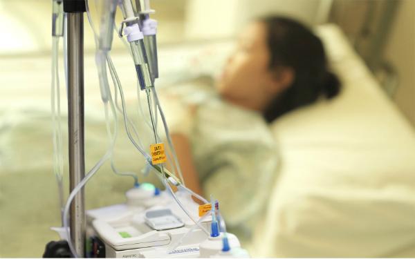Bệnh nhân già yếu, ung thư giai đoạn cuối, hoặc đáp ứng thuốc kém... thường không được chỉ định hóa, xạ trị.
