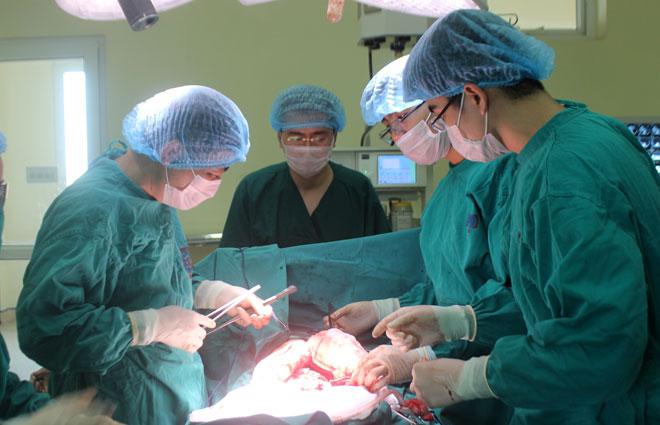 Các bác sĩ chọn đường mổ an toàn nhất để có thể bảo tồn được thận trái, lách, các mạch máu. Ảnh: Bệnh viện cung cấp.