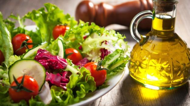 Đầu bếp Mỹ gốc ViệtJack Lee thường trộn salad với dầu gạo.
