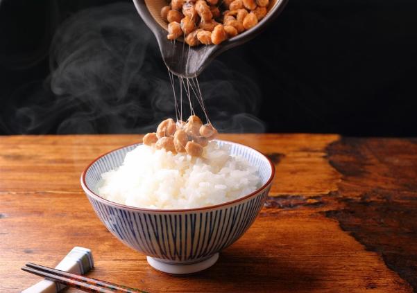 Nhữngsợi tơ nhớt của món natto giàuenzym nattokinase, có công dụng phòngbệnh tim mạch.