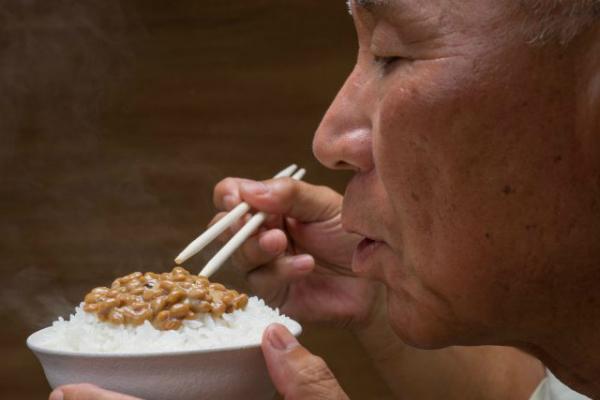 Người Nhật thường ăn natto cùng cơm sáng. Ảnh: Haccola
