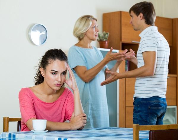 Mâu thuẫn gia đình khi chăm con ốm. Ảnh: Shutterstock