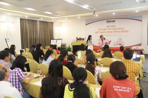 Hội thảo Tư vấn trị sạch gàu, hết ngứa mùa nắng nóng diễn ra dưới sự tổ chức của Công ty Rohto-Mentholatum (Việt Nam).