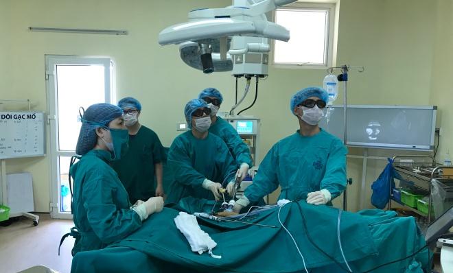 Mổ nội soi cắt khối u đại trực tràng cho bệnh nhân. Ảnh: Bệnh viện cung cấp.