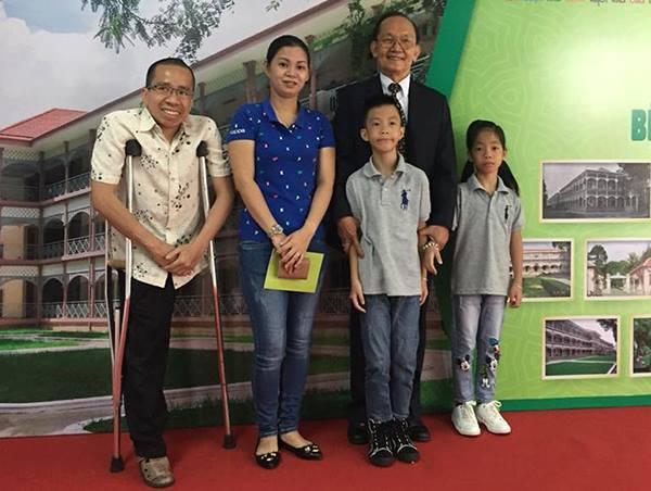 Giáo sư Trần Đông A và gia đình Nguyễn Đức sáng 31/5. Ảnh: L.P